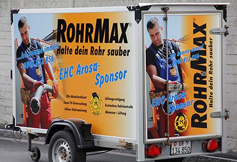 Tifosi della squadra e pubblicità di gelati RohrMax sponsoring EHC Arosa