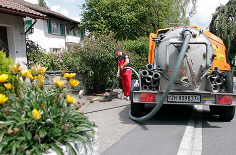 I nostri tecnici di RohrMax sonodislocati in tutta la Svizzera poiché abitano, a seconda del proprio settore d'impiego, nella rispettiva regione. – aspirazione fogna, svuotare il pozzo.